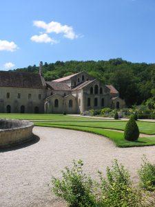 Aile orientale et église (à droite)